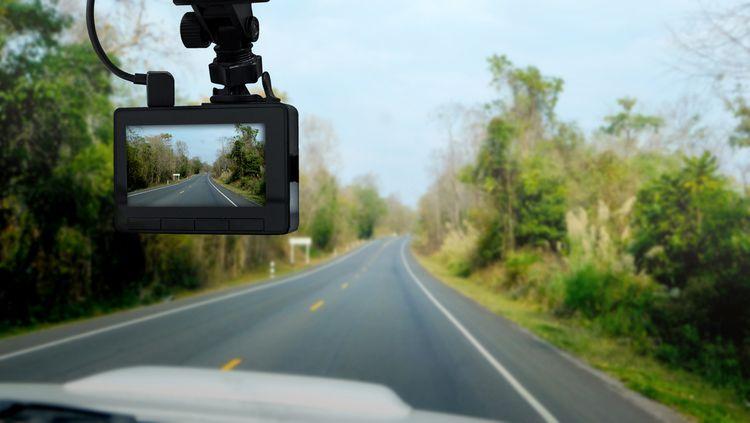 Ako namontovať kameru do auta: montáž/zapojenie cúvacej a prednej kamery