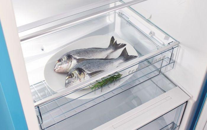 Retro chladnička Gorenje OBRB153BL zásuvka na syr a ryby
