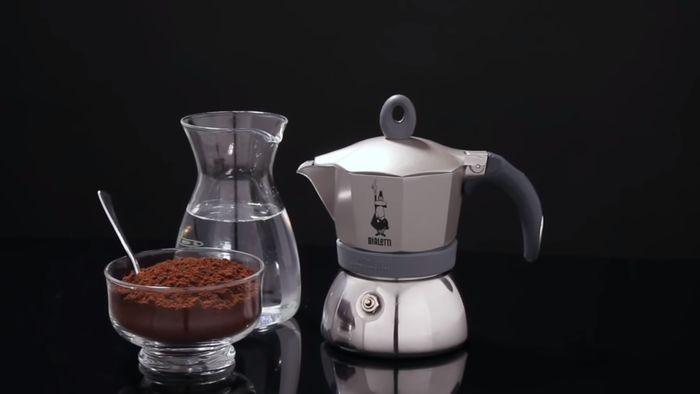 Príprava kávy v mokka konvičke Bialetti Moka Induction 3