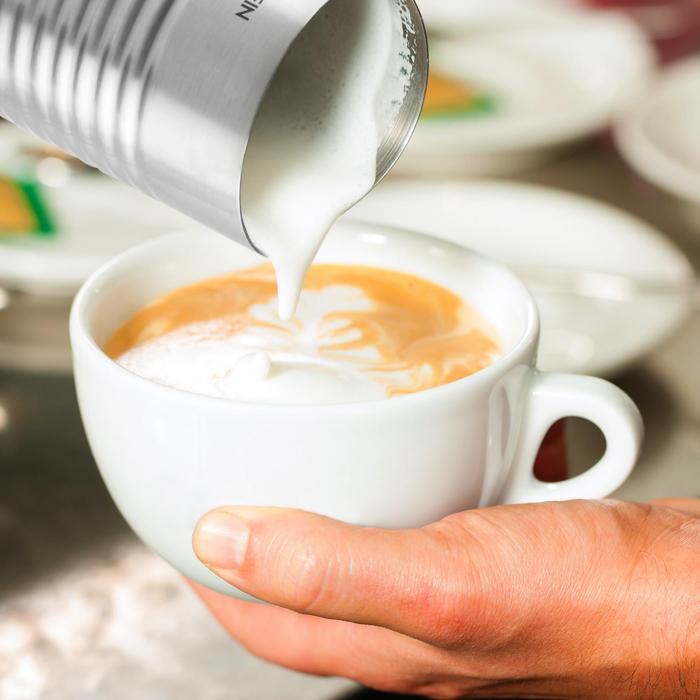 Napeňovanie mlieka s prístrojom Klarstein Biancolatte Nero