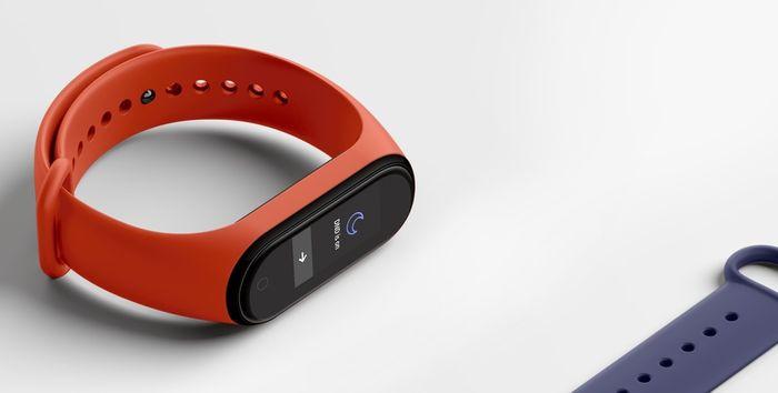 Xiaomi Mi Band 4 s červeným náramkom