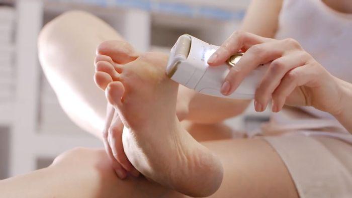 Odstraňovanie stvrdnutej kože na nohách pomocou strojčeka Wellneo Action Beauty 3v1