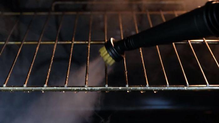 Čistenie rúry pomocou parného čističa ETA 1264 AquaBelo