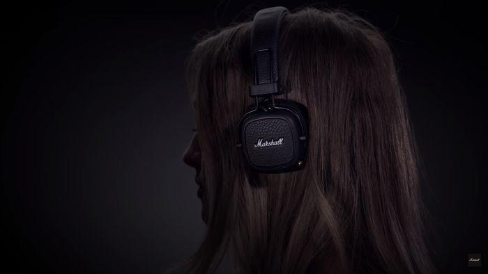 Počúvanie hudby cez bezdrôtové slúchadlá Marshall Major III Bluetooth