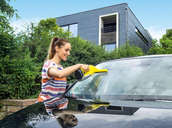 Čistenie okna na aute s akumulátorovým čističom Kärcher WV 6 Plus
