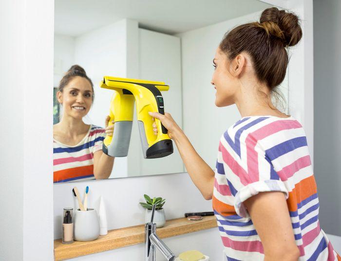 Čistenie okna v kúpeľni s akumulátorovým čističom Kärcher WV 6 Plus