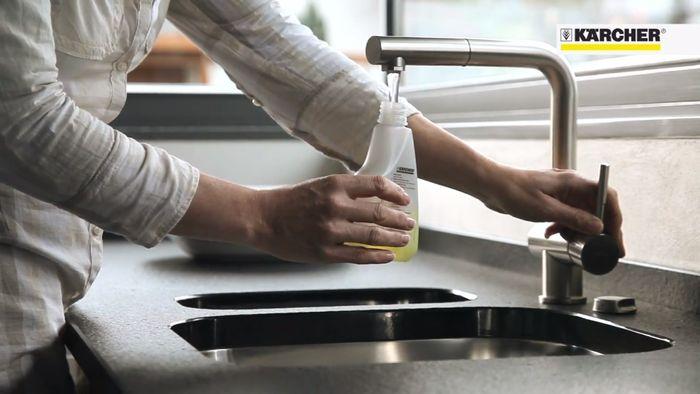 Napúšťanie vody do nádržky čističa okien Kärcher WV Classic