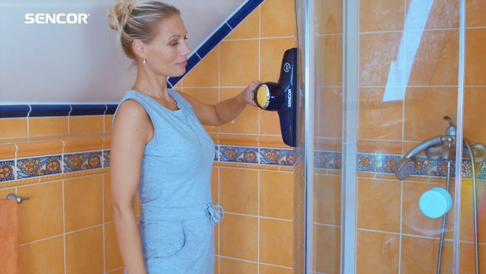 Čistenie sprchového kúta s čističom okien Sencor SCW 3001YL