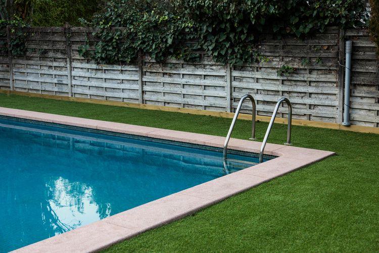 Zapustený bazén v záhrade