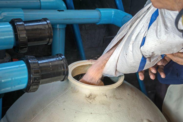 Dopĺňanie piesku do pieskovej bazénovej filtrácie