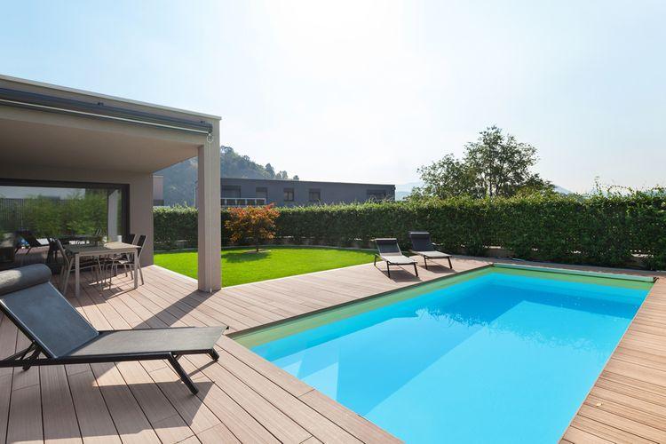 Zapustený bazén pri dome