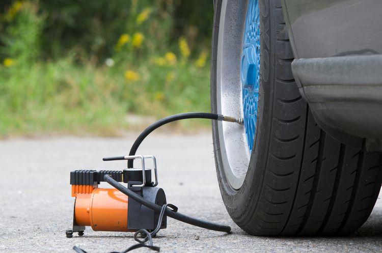 Malý vzduchový kompresor na dofukovanie pneumatík