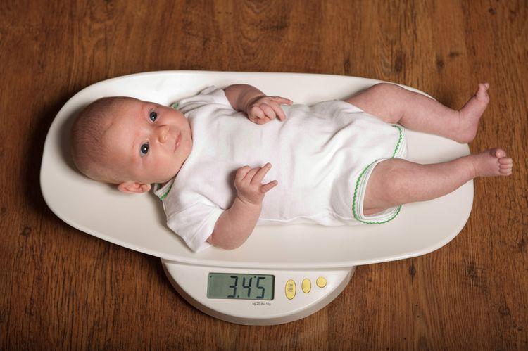 Váženie kojenca na digitálnej váhe