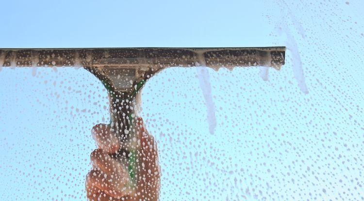 Čistenie okien s ručným čističom