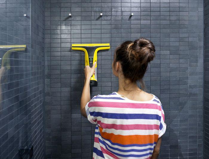 Čistenie kúpeľne s akumulátorovým čističom Kärcher WV 6 Plus