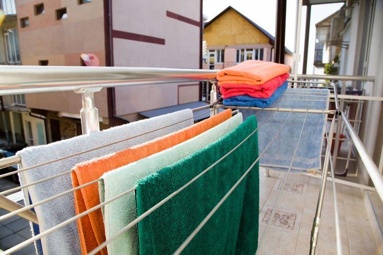 Sušiak na bielizeň na balkóne