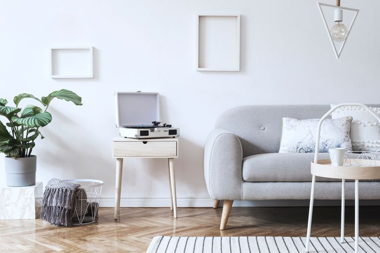 Biely gramofón v bielej obývačke