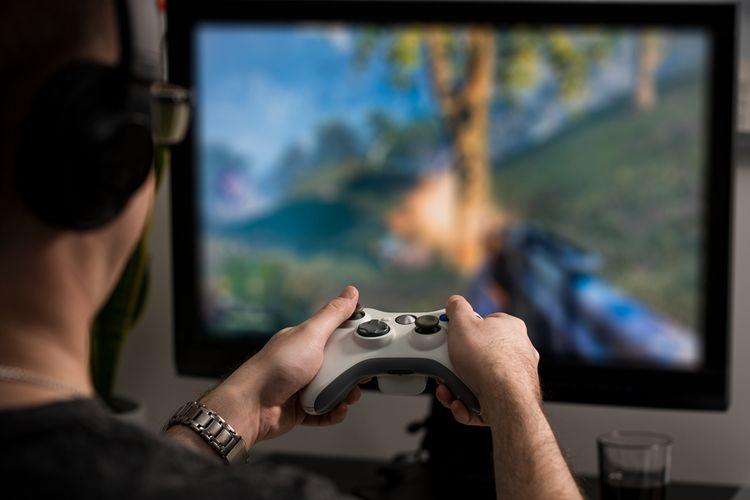 Chlapec hrajúci sa na hernom monitore