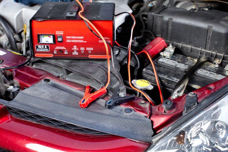 Nabíjanie vybitej autobatérie v osobnom aute