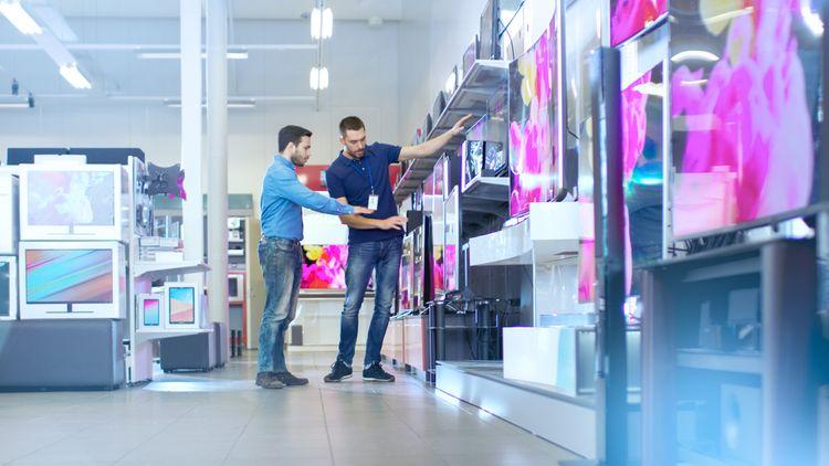 Výber Smart TV v obchode s elektronikou