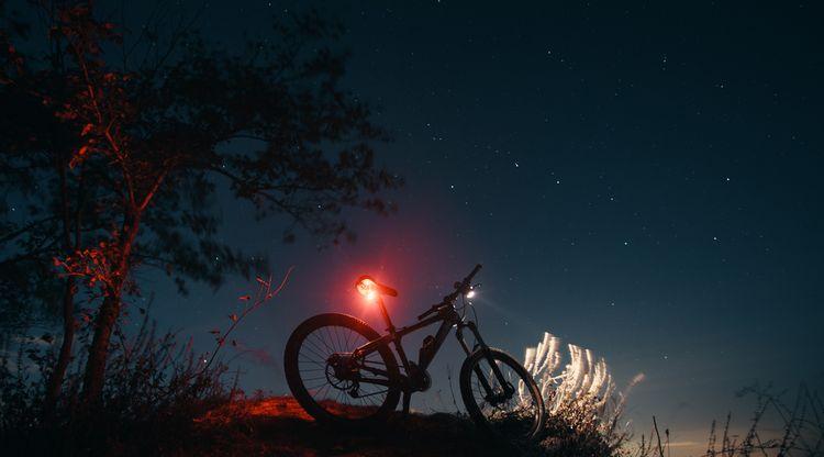 Horský bicykel s predným aj zadným osvetlením s vysokou svietivosťou