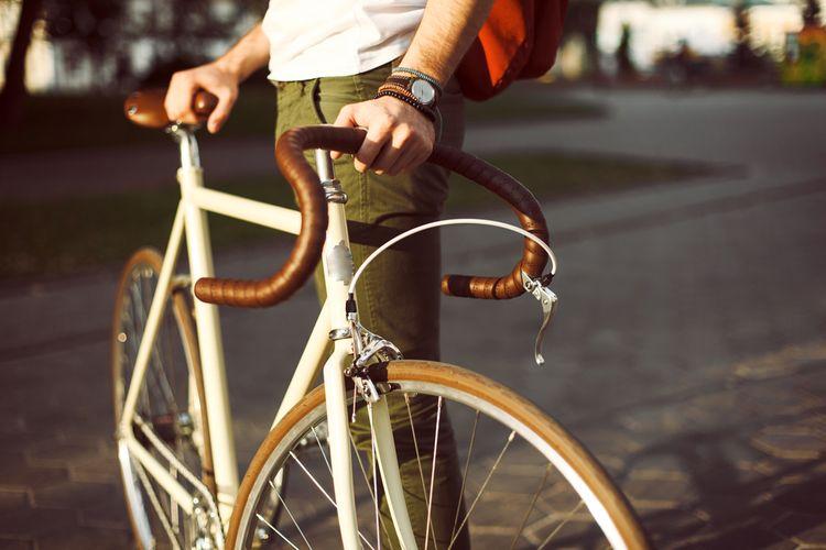 Biely cestný bicykel