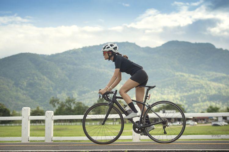Čierny cestný bicykel pre ženy