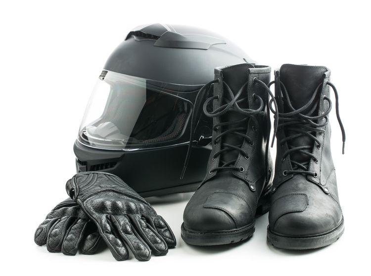 Vybavenie motocyklistu - helma, rukavice, topánky