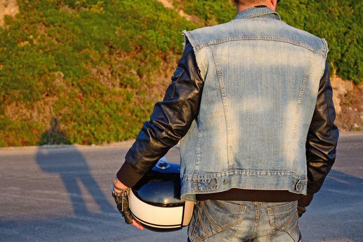 Motorkár v koženej bunde a rifľovej veste