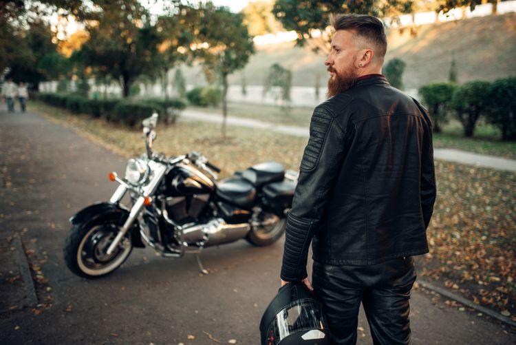 Motorkár v koženom oblečení