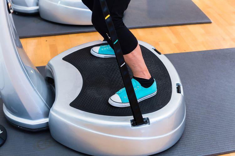Cvičenie na vibračnej plošine s držadlami