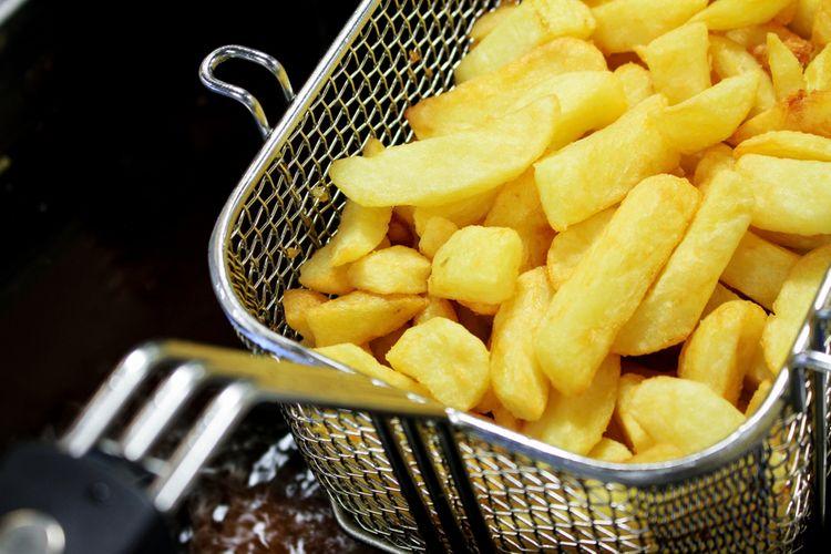 Fritovací kôš do fritézy plný hranoliek