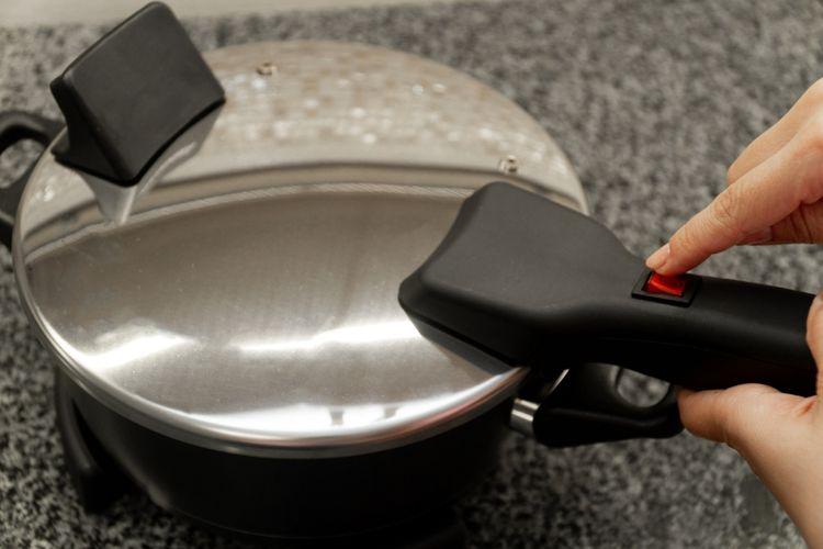 Elektrická panvica na varenie s kovovou pokrievkou
