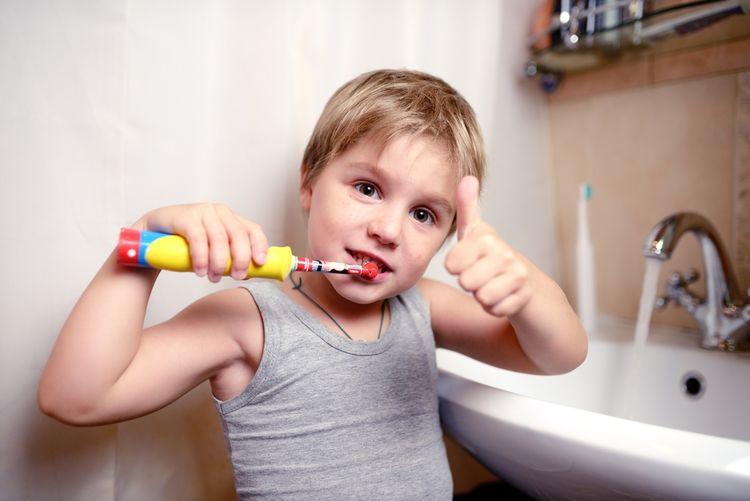 Čistenie zubov s elektrickou zubnou kefkou