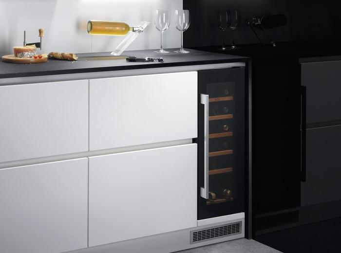 Vstavaná chladnička na víno AEG SWB63001DG