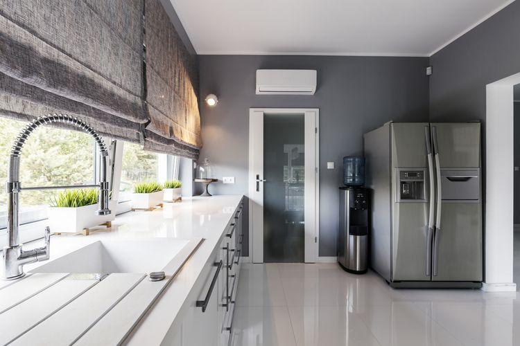 Veľká nerezová americká chladnička v modernej kuchyni
