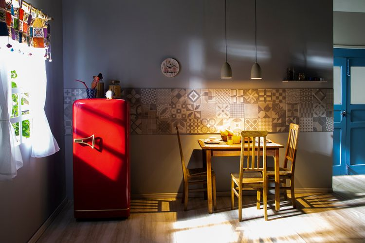 Jendnodverová červená retro chladnička