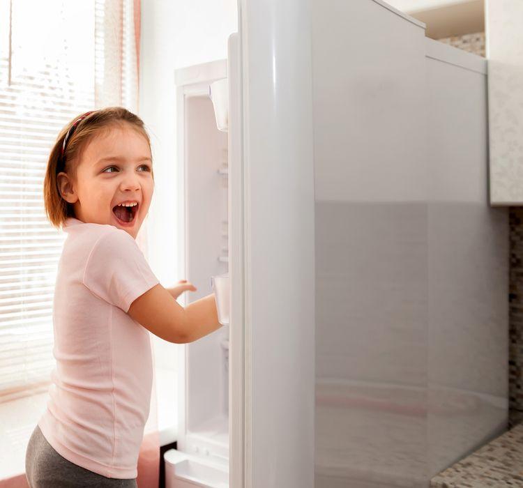 Dieťa pred mini chladničkou