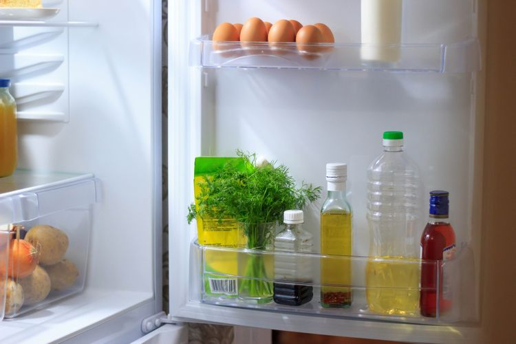 Otvorená mini chladnička s jedlom