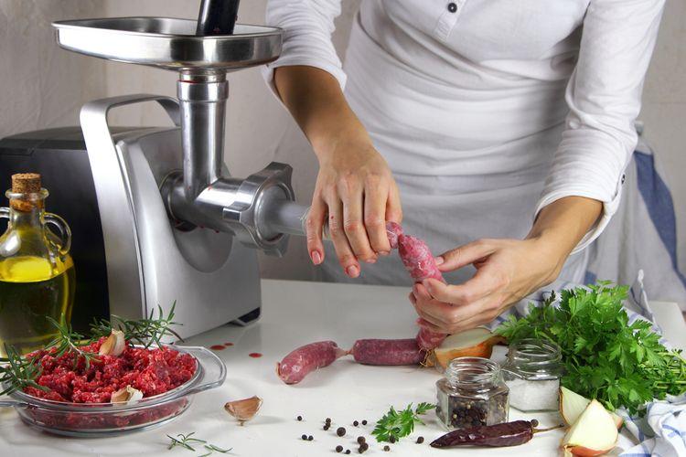 Výrobá domácich klobás za pomoci mlynčeka na mäso