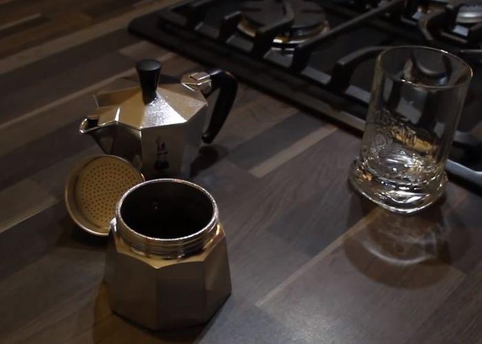 Príprava kávy v Bialetti Moka Express 3 konvičke