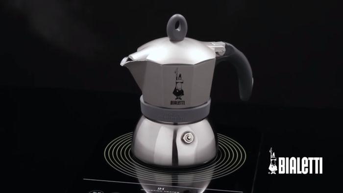 Príprava kávy v mokka konvičke Bialetti Moka Induction 3 na indukčnej platni