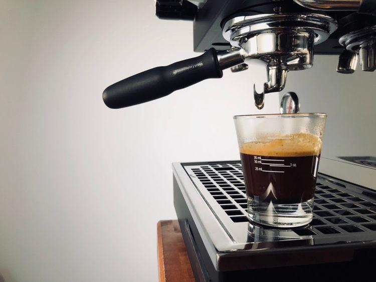 Príprava kávy v pákovom kávovare