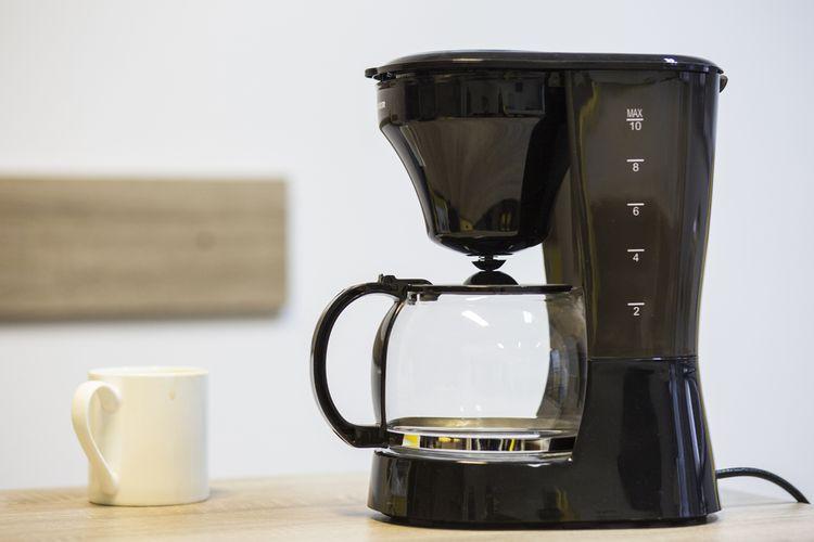 Čierny prekvapkávací kávovar s nádobou z tvrdeného skla