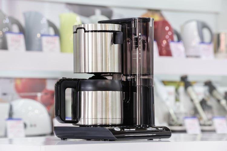 Prekvapkávací kávovar s kovovou kanvicou