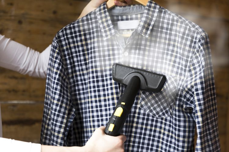 Ručný naparovač nežehlí, pomôže však vyrovnať záhyby na odevoch