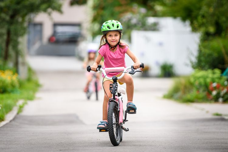 Dievčatko na ružovom bicykli