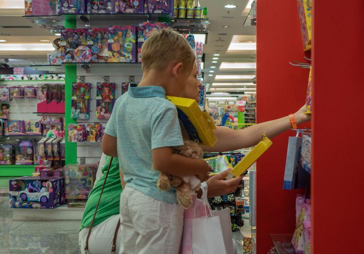 Dieťa vyberajúce si darček
