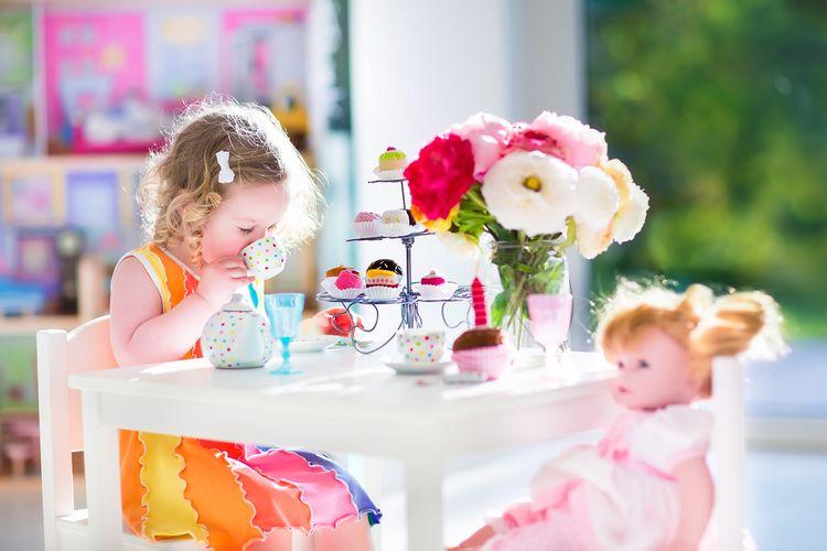Dievčatko hrajúce sa s bábikou