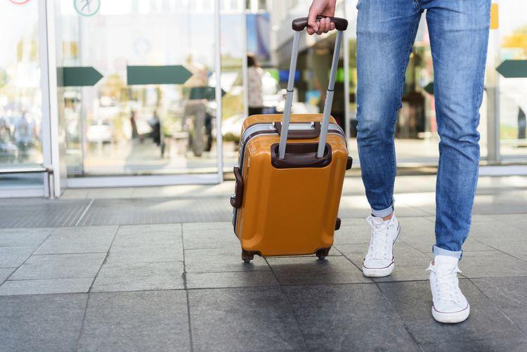 Žltý cestovný kufor s kolieskami